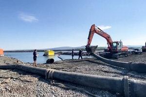 Na snímke Novaja Gazeta vidieť, ako Norilsk Nickel medzičasom začal potrubie rozoberať.
