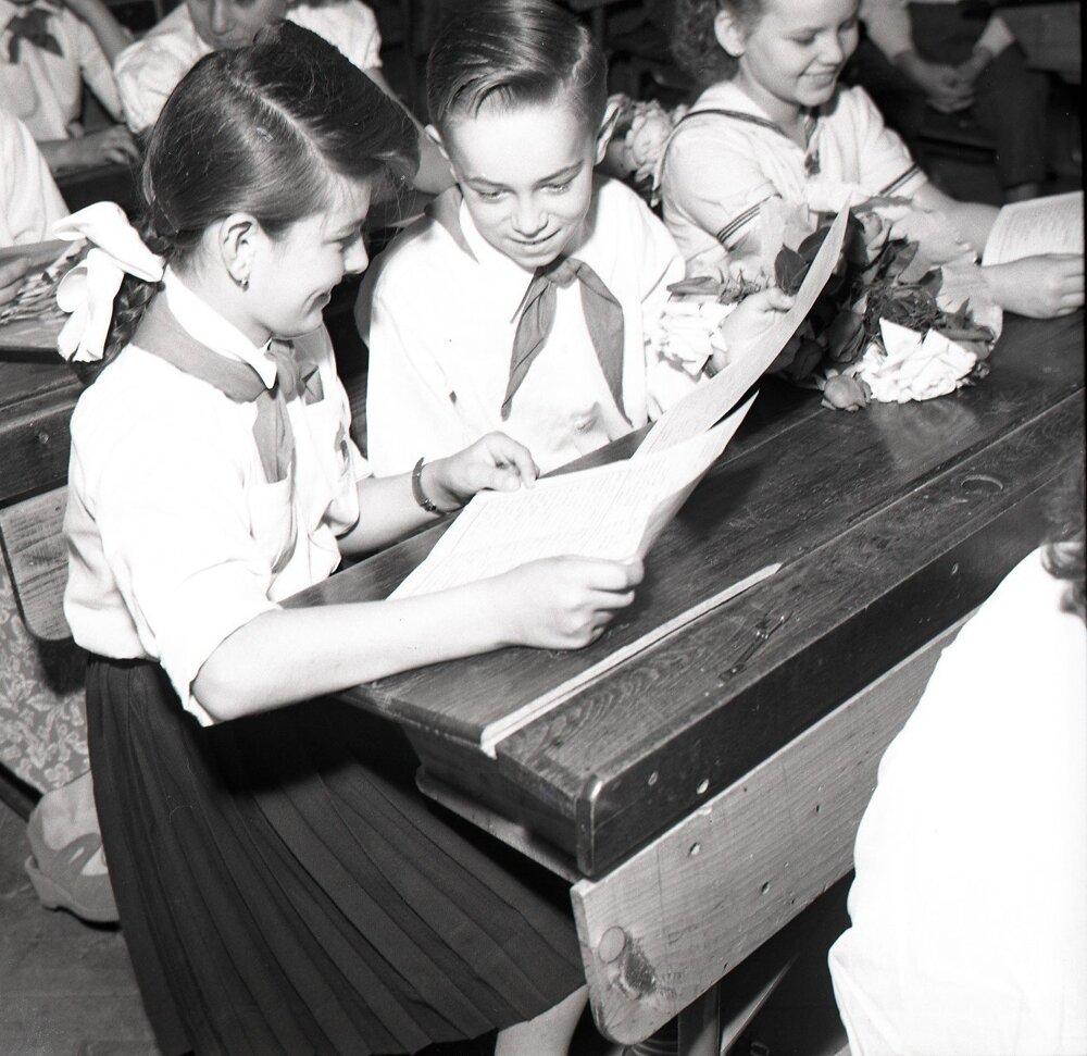 1955. Záver školského roka na škole s vyučovacím jazykom maďarským v Bratislave.