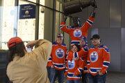Fanúšikovia Edmontonu sa fotia pri soche Wayna Gretzkého pred štadiónom Oilers.