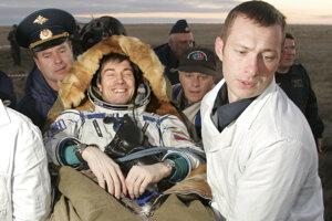 Sergej Krikaľov v roku 2005 už ako ruský kozmonaut po ďalšom pristátí v Kazachstane.