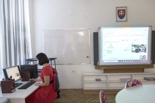 Pani učiteľka počas online vyučovania na Základnej škole v obci Lozorno.
