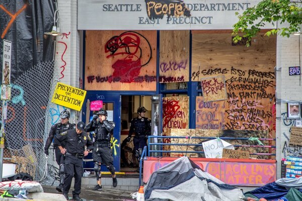 Polícia sa vrátila do východného okrsku v Seattli v stredu skoro ráno. Našla tam neporiadok a posprejované budovy.