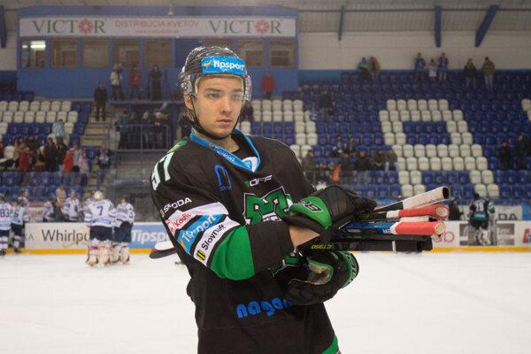 Odchovanec novozámockého hokeja Richard Ondrušek bude aj vbudúcej sezóne obliekať dres sbýkom na hrudi.