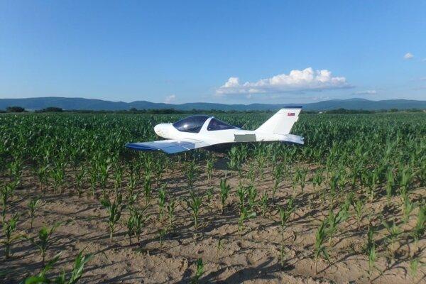Lietadlo vynútene pristálo v kukuričnom poli.