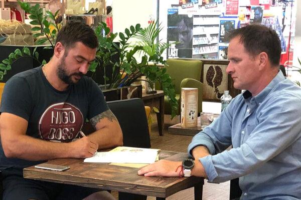 V Nitre minulý týždeň podpísal nový tréner Levíc Jozef Kováčik zmluvu so zástupcom HK Levice, ktorým bol manažér tímu Marcel Ozimák.