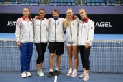 Slovenský fedcupový tenisový tím zľava Viktória Kužmová, Katarína Kužmová, kapitán tímu Matej Lipták, Rebeka Šramková a Anna Karolína Schmiedlová.