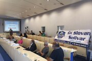 Zástupcovia ŠK Slovan Solivar pred hlasovaním o zámere prenájmu pozemku na mestskom zastupiteľstve.