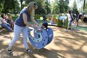 Malé deti sa podľa rodičov na ihriskách stávajú obeťami nevhodných atakov tínedžerov.