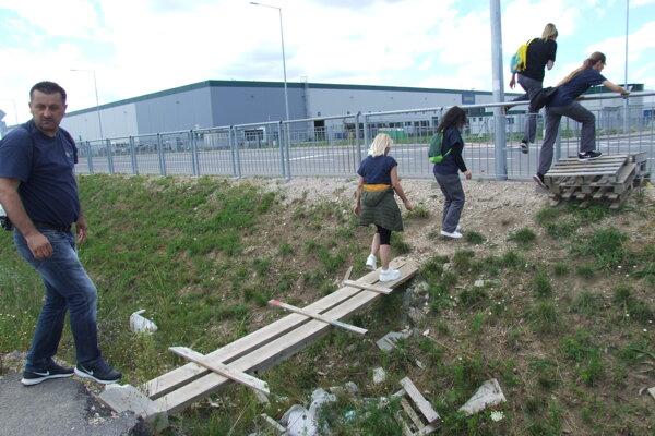 Najskôr priekopa, potom plot.