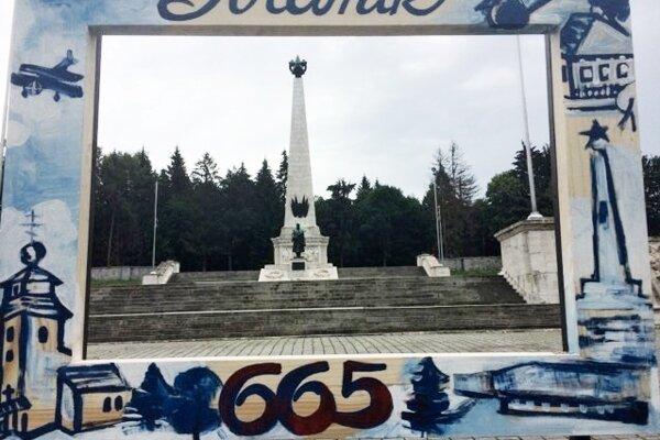 Rámy osadili pri pamiatkach.