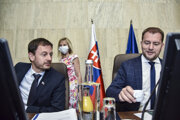 Na snímke zľava podpredseda vlády a minister financií Eduard Heger (OĽaNO) a predseda vlády SR Igor Matovič (OĽaNO) počas 28. schôdze vlády SR 8. júla 2020 v Bratislave.