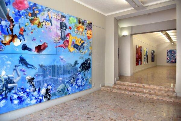 Aj takýmito veľkorozmernými plátnami sa prezentuje Michal Černušák.