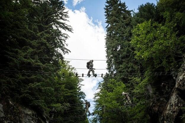 Chôdza po rebríkoch niekoľko metrov nad zemou predsa len vyžaduje kúsok odvahy.