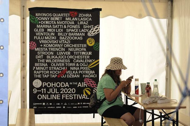 Atmosféra na trenčianskom letisku počas multižánrového Online festivalu Pohoda In the Air