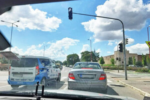 Vodiči sa museli spoľahnúť iba na seba. Farbami na semaforoch sa riadiť nemohli.