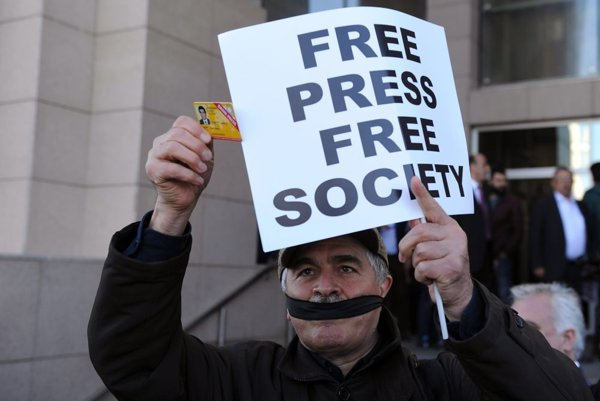Podporovatelia novinárov skandovali pred budovou súdu v Istanbule.