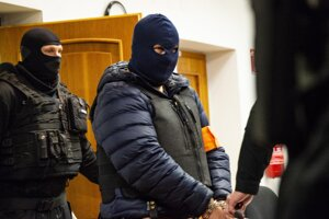 Zoltán Andruskó v sprievode členov Zboru justičnej a väzenskej stráže.
