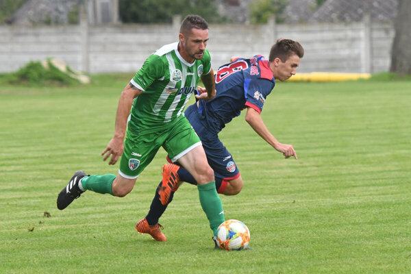 Tréner Prešova Petráš (pri lopte) skúša aj niekoľko nových hráčov.