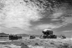 Privážanie viac ako dvestotonového oceľového kontajnera s názvom Jumbo na miesto testu. Umiestnili ho v blízkosti výbuchu, aby tak mohli odhadnúť účinok bomby.