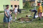 Na sídlisku v Žarnovici vysadili bylinkovú špirálu.