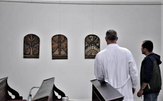 Inštalácia keramických diel v Kalvínskom kostole.