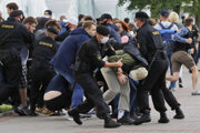 Bieloruská polícia zasahuje proti demonštrantom.