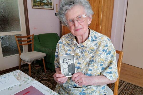 Marta Lihotská drží v ruke fotografiu svojho brata kňaza, pre ktorého bola väznená komunistami.