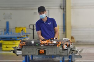 Zamestnanci pracujú v baterkárni, v najnovšej časti výrobného závodu automobilky Groupe PSA Slovakia v Trnave.
