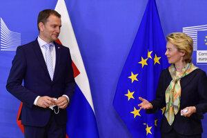 Predsedníčka Európskej komisie Ursula Von der Leyenová (vpravo) víta slovenského premiéra Igora Matoviča pred ich stretnutím v sídle Európskej rady v Bruseli 16. júla 2020.