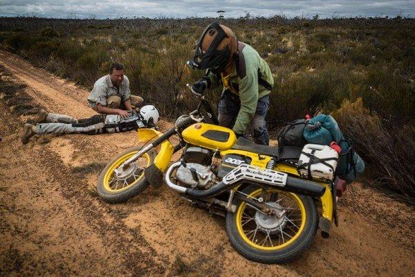 Opustená Cesta Holland Track bola najťažšia pre motocykle. Dominika Gawliczková opakovane a bolestivo padala.