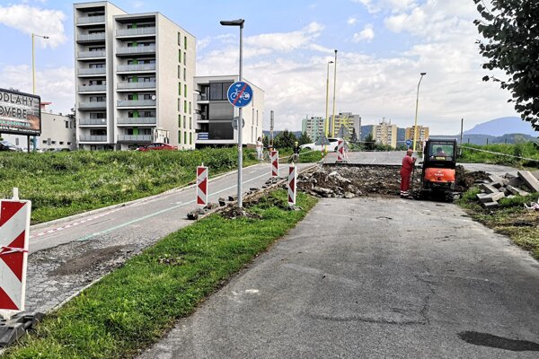 Začali opravovať cyklochodník na Mukačevskej. Poškodili ho ťažké mechanizmy, ktoré odstraňovali následky výbuchu bytovky.