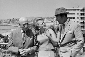 Na archívnej snímke z 13. mája 1965 členovia poroty Medzinárodného filmového festivalu Andre Maurois, Olivia de Havillandová a Rex Harrison pózujú na streche budovy v Cannes.