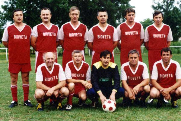 Dušan Bečica (stojí celkom vľavo) hrával futbal v Dolných Krškanoch a podporoval športové kluby v Nitre.
