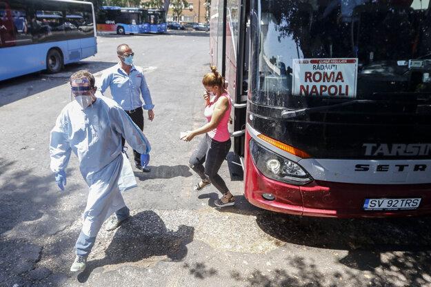 Zdravotníci v Ríme sprevádzajú turistov z Rumunska na testovanie prítomnosti koronavírusu.