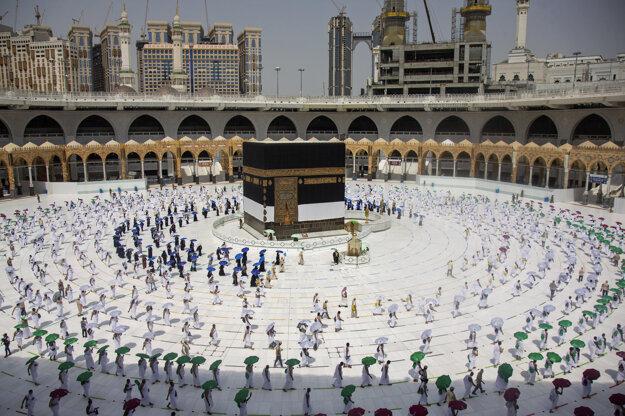 Obmedzený počet moslimov s ochrannými rúškami, ktorí dodržiavajú sociálny odstup, kráča okolo ústrednej svätyne Káby počas tradičnej púte hadždž v Mekke.
