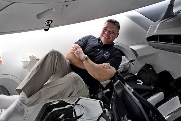 Bob Behnken na palube kozmickej lode Crew Dragon súkromnej spoločnosti SpaceX.