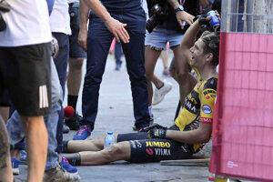 Wout van Aert oddychuje po náročných pretekoch.