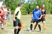 Svoj druhý zápas majú za sebou futbalisti Malých Kozmáloviec (v čierno-oranžovom), keďže pred týždňom si predohrali 16. kolo vRybníku. Vdruhom zápase doma zdolali Čatu 4:1.