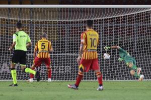 Fabio Lucioni (číslo 5) z tímu Lecce si dáva vlastný gól.