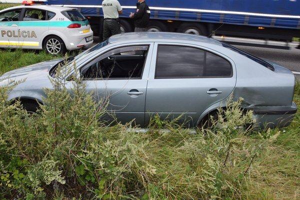 Auto, ktoré ukradol zlodej v Bratislave a pokúsil sa ním zraziť policajtov.