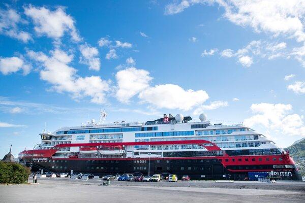 Loď MS Roald Amundsen kotví v nórskom meste Tromsö 2. augusta 2020.