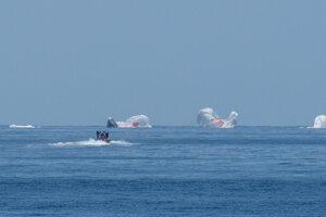 Vesmírna loď Crew Dragon v Mexickom zálive pri pobreží Pensacoly.