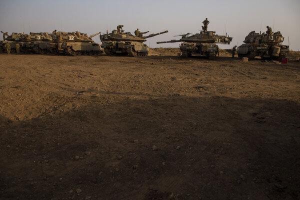 Izraelské jednotky na pozíciach na Golanských výšinách pri hraniciach so Sýriou.