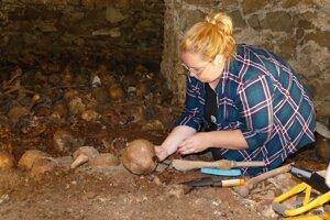 Krypta pravdepodobne vznikla v 13. alebo 14 storočí. Kosti do nej zrejme vložili počas veľkých stavebných prác v prvej polovici minulého storočia a zamurovali ich.