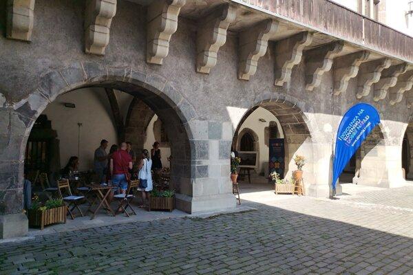 Pre potreby kaviarne prepojili pôvodné starobylé priestory.