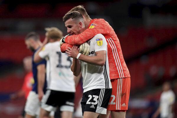 Marek Rodák objíma svojho spoluhráča z Fulhamu po postupe.
