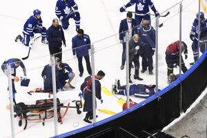 Jake Muzzin v opatere lekárov počas zápasu Toronto - Columbus.