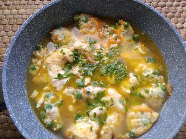 Zeleninová polievka s vajíčkom a syrom