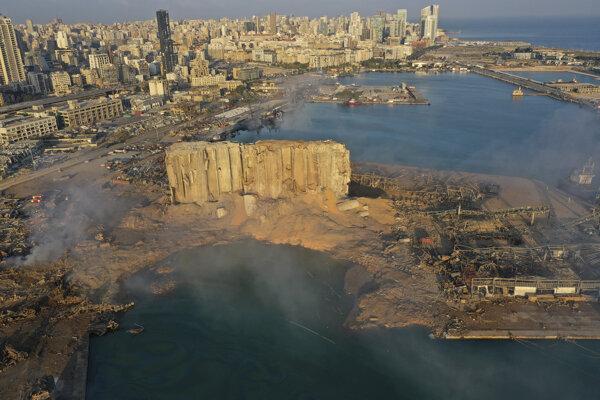 Explóziou zničený prístav v Bejrúte.