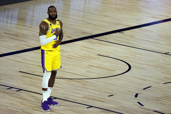LeBron James v drese Los Angeles Lakers.